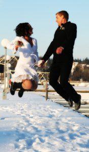 Har ingen annan bild på oss i ett glädjeskutt än detta från vår bröllopsdag 12-12-12…när fotografen fångade det på en snötäckt brygga under klarblåhimmel och -20 grader! LYCKA <3 då som nu…..
