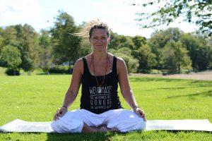 Foto: Johanna Ottosson Kläder: Linne Shining Shakti (finns i webshopen), byxor Saprema Yogamatta från Yogi Raj via Yogagrossisten