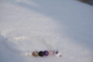 Vitt Elsa armband med vit Jade 4mm & månsten, lavasten, ametist, rosenkvarts, ett litet silverfärgat hjärta & en pärla med bokstaven E
