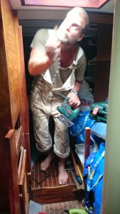 Svante med sågen, dags att renovera båten!
