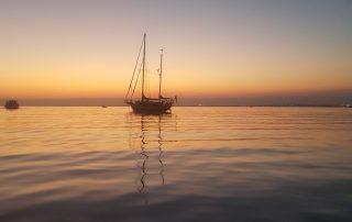 Black Pearl of Sweden i solnedgången utanför Culatra, Portugal